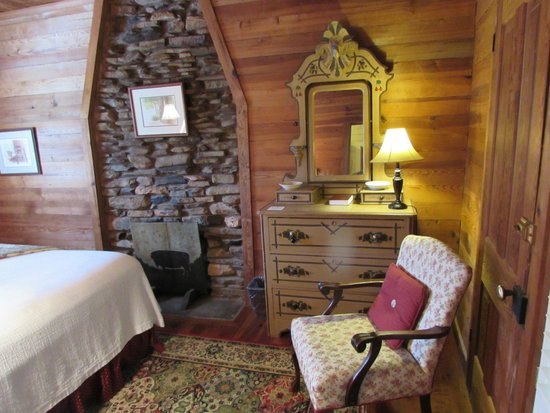 Glen-Ella Springs Inn: 3 room Suite - bedroom