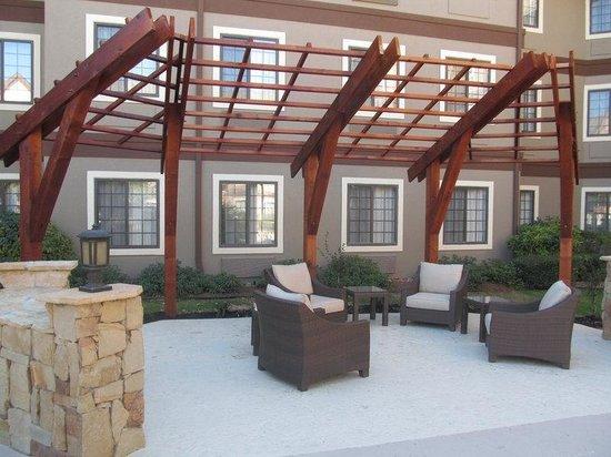Staybridge Suites San Antonio NW Medical Center: Guest Patio