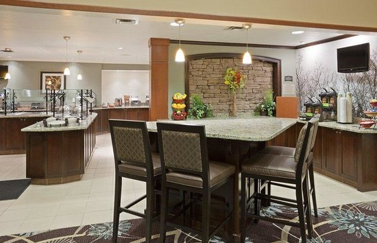 Staybridge Suites Minneapolis Maple Grove: Enjoy daily breakfast and Tuesday through Thursday dinner.