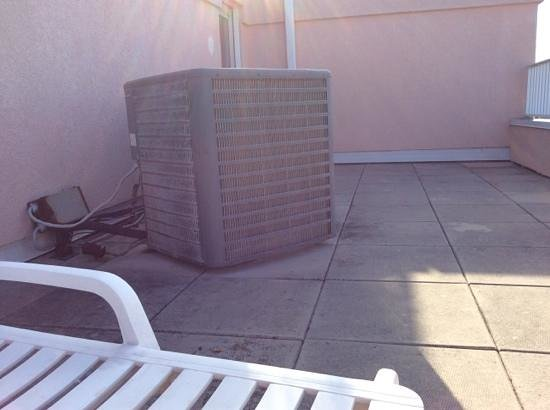 Paradise Plaza Inn: this is the nasty old air conditioning unit on our private balcony,the balcony itself is in dire