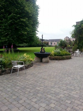 Dunadry Hotel: view from outside table