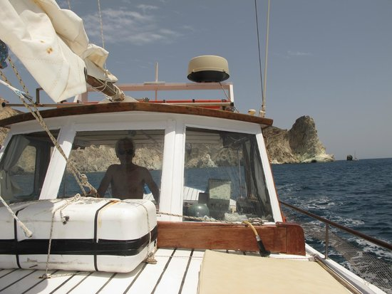 Santorini Yachting: Captain George has many stories to tell, so ask him for some!