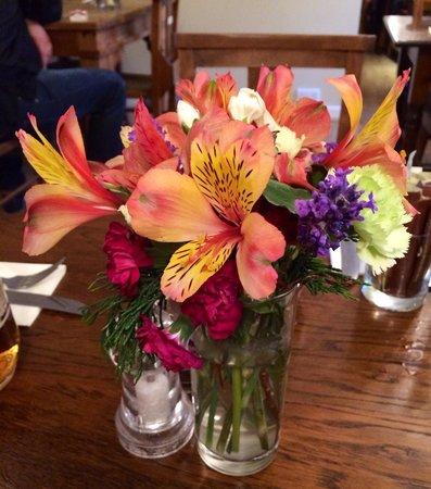 Dores Inn: Fiori freschi sui tavoli ingentiliscono il locale.