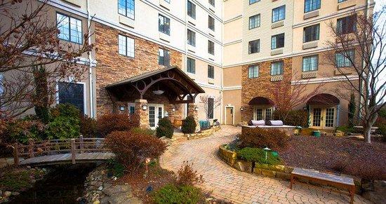 Staybridge Suites Atlanta Buckhead: Front Courtyard