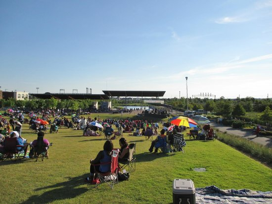 Birmingham's Railroad Park: Waiting for concert to start