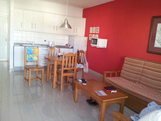 Apartments Parque Tropical: Living Room Area ans Kitchen