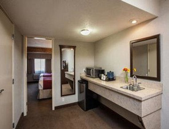 Days Inn & Suites Revelstoke : Two Queen Bed Suite