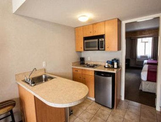 Days Inn & Suites Revelstoke : Two Queen Bed Suite with Kitchenette