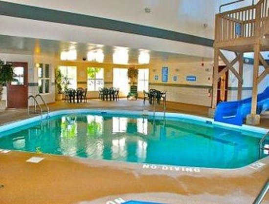 Days Inn - Steinbach: Pool