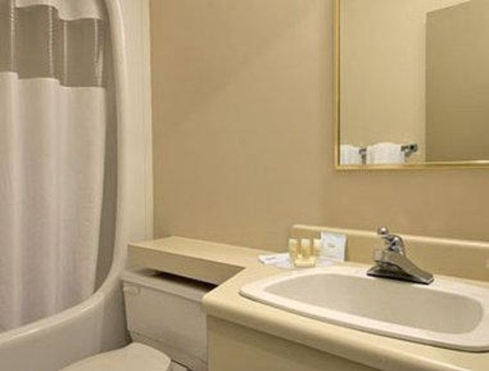 Days Inn - Ste. Helene-de-Bagot : Bathroom