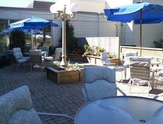 Days Inn Owen Sound: Patio Beside Kincaids Restaurant and Lounge