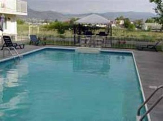 Super 8 Osoyoos : Pool View