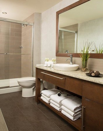 Holiday Inn Express Quebec City (Sainte-Foy): Bright and refreshing bathrooms with glass shower