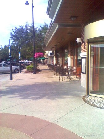 St Johns Town Center: Looking past Ted's Montana Grill and Finish Line towards the Park Green.