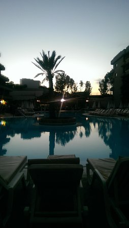 Fanabe Costa Sur Hotel: pool in the evening