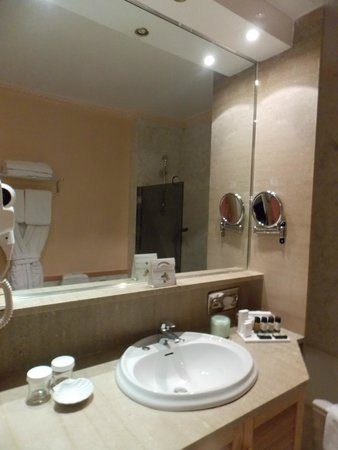 Divani Caravel Hotel: Bathroom