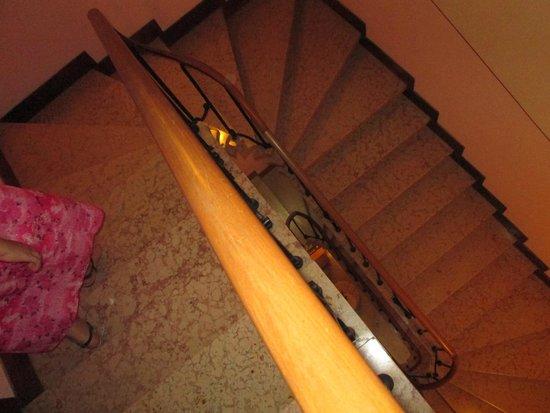 Hotel de l'Alboro : Hotel Staircase