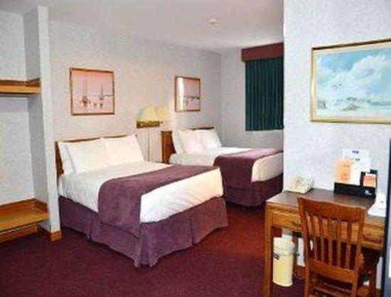 Dutch Inn Hotel: Standard Two Double Bed Room