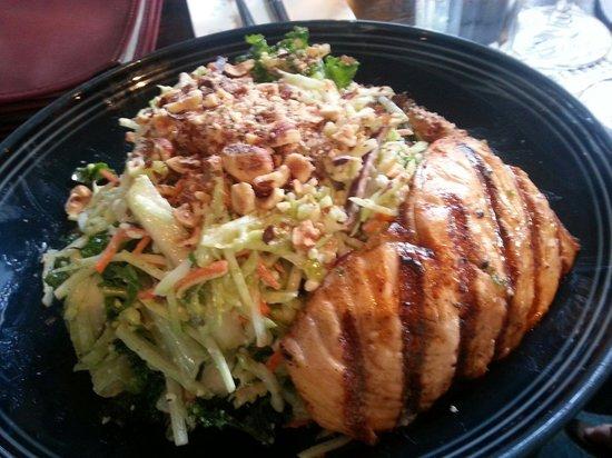 Beaches Restaurant & Bar : Salmon and Napa salad