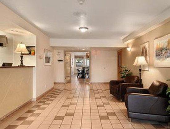 Super 8 Cranbrook: Lobby