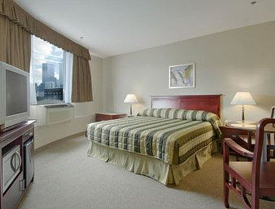 Super 8 Downtown Toronto: King Bed Room with Microwave/Fridge