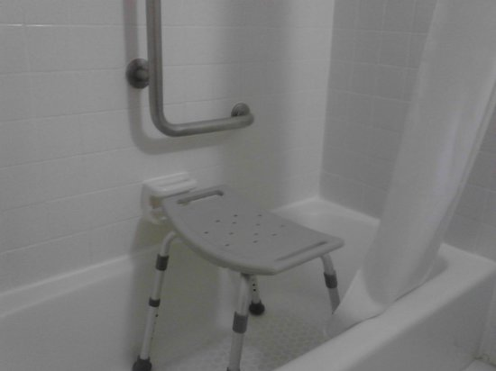 Days Inn by Wyndham Fort Pierce Midtown : Handicap shower, But no handrails on the ends of the shower, just one at the back I couldn't rea