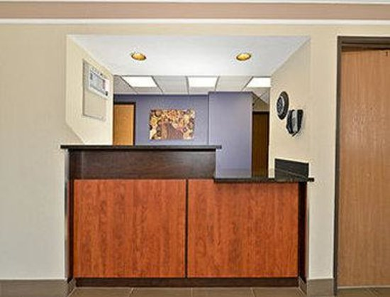 Super 8 Kamloops BC : Front Desk