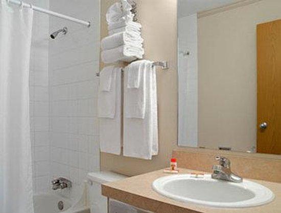سوبر 8 فيرني: Bathroom