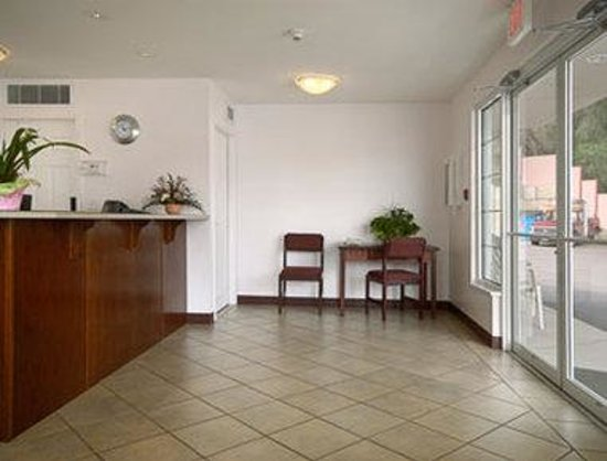 Super 8 Lake Country/Winfield Area: Lobby