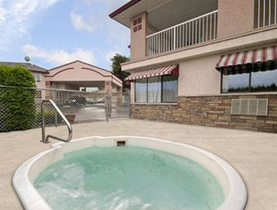Super 8 Lake Country/Winfield Area: Outdoor Jacuzzi