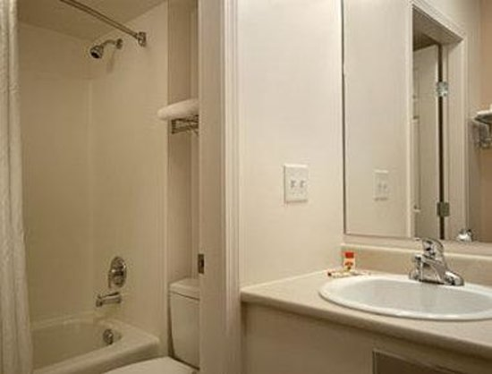 Super 8 Lake Country/Winfield Area: Bathroom