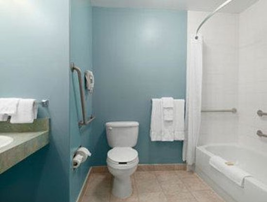 Super 8 Hotel - Edmonton South: Accessible Bathroom