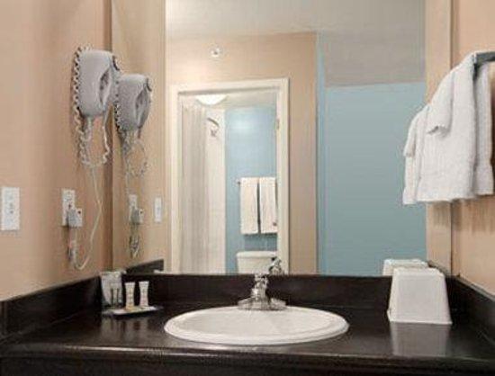 Super 8 Hotel - Edmonton South: Bathroom