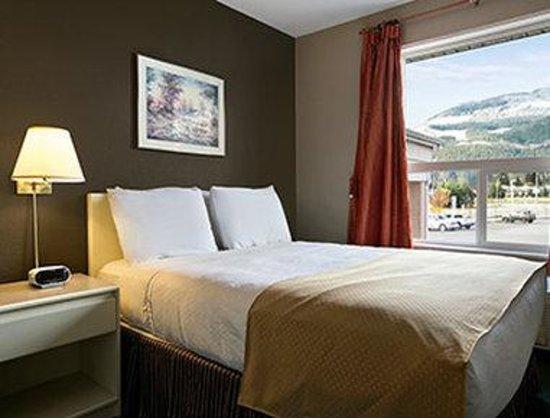 Super 8 Revelstoke BC: Two Room Suite