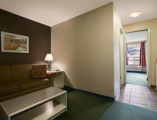 Super 8 Revelstoke BC: Double Bed Suite