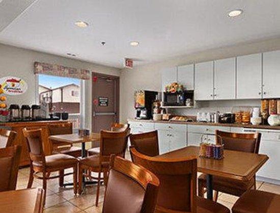 Super 8 Yellowknife : Breakfast Area