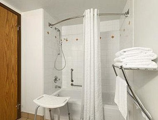 Super 8 Yellowknife : ADA Bathroom