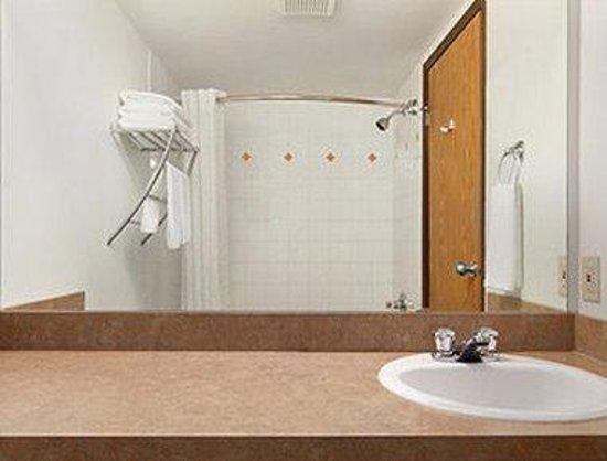 Super 8 Yellowknife : Bathroom
