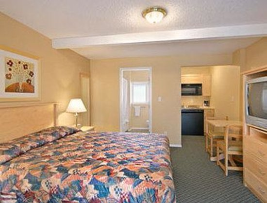 Super 8 Penticton BC: Standard Queen Bed Room with Kitchenette