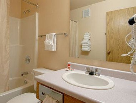 Super 8 Moose Jaw SK: Bathroom