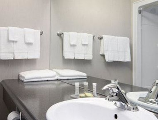Super 8 Port Elgin: ADA Bathroom