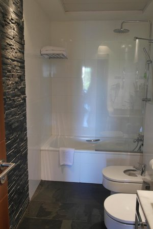 ApartoSuites Jardines de Sabatini: Shower/bath.