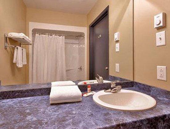Super 8 Montreal QC: Bathroom