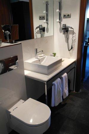 ApartoSuites Jardines de Sabatini: Bathroom area.