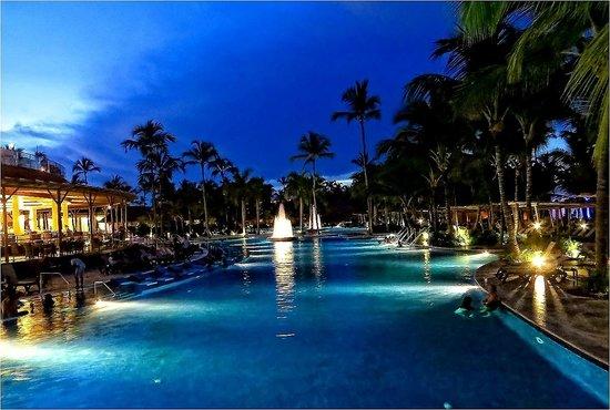 Barcelo Bavaro Palace: night view of swimming pool