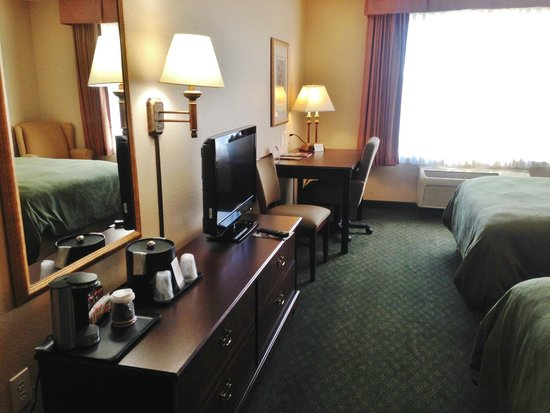 Country Inn & Suites By Carlson, Indianapolis Airport South: Flat screen tv, dresser and desk