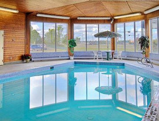Ramada Stony Plain Hotel & Suites: Pool