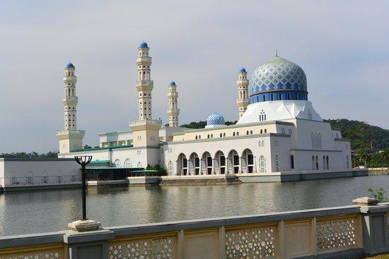 Kota Kinabalu City Mosque: 美しいモスクです。