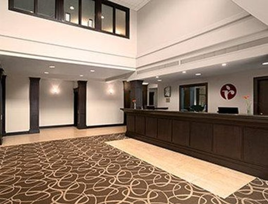 Ramada Pitt Meadows: Front Desk