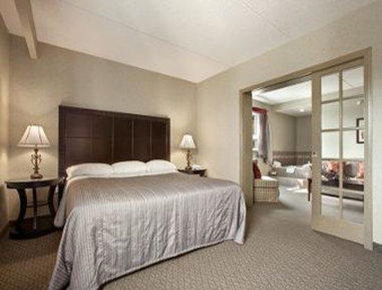Travelodge Winnipeg East King Jacuzzi Suite